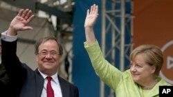 拉舍特(左)和總理默克爾一起參加競選活動。
