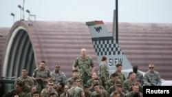 美国军人等待美国总统特朗普在韩国乌山空军基地发表演讲。2019年6月30日