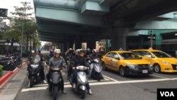 台北街头的计程车和摩托车。(美国之音萧洵拍摄)