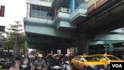 台北街頭的計程車和摩托車。(美國之音蕭洵拍攝)