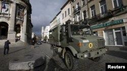 Binh sĩ Bỉ tuần tra khu vực Molenbeek, ở Brussels, Bỉ, ngày 22/11/2015, sau khi an ninh được thắt chặt sau vụ tấn công ở Paris.