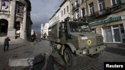 Tentara Belgia melakukan patroli di distrik Molenbeek di kota Brussels hari Minggu (22/11).
