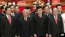 ພວກຜູ້ນຳໃໝ່ຂອງພັກຄອມມິວນິສຫວຽດນາມຢືນຖ່າຍຮູບຮ່ວມກັນຢູ່ເທິງເວທີ ລຸນຫລັງທີ່ໄດ້ຮັບການເລືອກຕັ້ງ ໃນມື້ອັດກອງປະຊຸມຫລວງ ຄັ້ງທີ 11 ຂອງພັກທີ່ນະຄອນຫລວງຮ່າໂນ້ຍໃນວັນທີ 19 ມັງກອນ 2011 ໂດຍມີທ່ານ Nguyen Phu Trong (ຢູ່ແຖວໜ້າຜູ້ທີສອງຈາກຊ້າຍ) ເປັນຜູ້ນໍາພັກ(REUTERS/Kham)
