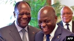 Le président ivoirien Alassane Ouattara, à gauche, serre la main de son homologue bissau-guinéen Jose Mario Vaz, à droite, avant une réunion au palais présidentiel à Abidjan,l e 2 mai 2017.