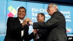 El presidente del Consejo Europeo, Donald Tusk, centro, el presidente Rafael Correa, izquierda, y el presidente de la Comisión Europea Jean-Claude Juncker al cierre de la cumbre y firma de la declaración de Bruselas.