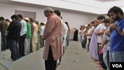 Muslim AS melakukan shalat tarawih berjamaah. Banyak Muslim AS mengatakan berpuasa Ramadan di Amerika lebih menantang dibanding dengan di negara-negara mayoritas Muslim.