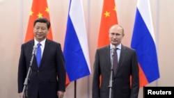 Tổng thống Nga Vladimir Putin (phải) và Chủ tịch Trung Quốc Tập Cận Bình