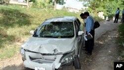 Pakistanski policajci vrše uviđaj na automobilu ubijenog tužioca Čaudrija Zulfikara