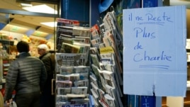 """Bảng viết: """"Không còn số báo Charlie Hebdo nào nữa."""""""