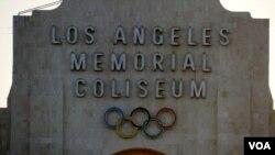 洛杉矶纪念体育馆正面标志(美国之音国符拍摄)