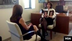 La secretaria de Estado adjunta para el Hemisferio Occidental, Roberta Jacobson, conversa con la periodista Celia Mendoza, corresponsal de la VOA en Nueva York. [Foto: Carmen Cento, VOA].