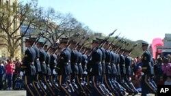 肩扛M14步枪的陆军方队