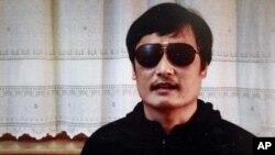 ນັກເຄື່ອນໄຫວຈີນທີ່ຕາບອດທ່ານ Chen Guangcheng ໃນຮູບທີ່ນຳອອກເຜີຍແຜ່ທາງ YouTube ໃນວັນສຸກ ວານນີ້ ໂດຍອົງການຂ່າວຈີນພົ້ນທະເລ Boxun.com
