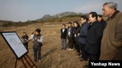 한국 국회 외교통일위원회 소속 의원들이 2일 북한 개성 만월대 남북공동발굴조사 현장을 시찰하고 있다.