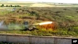 Pemberontak Suriah menembakkan roket ke pangkalan udara Mannagh di provinsi Aleppo, Suriah (Foto: dok).