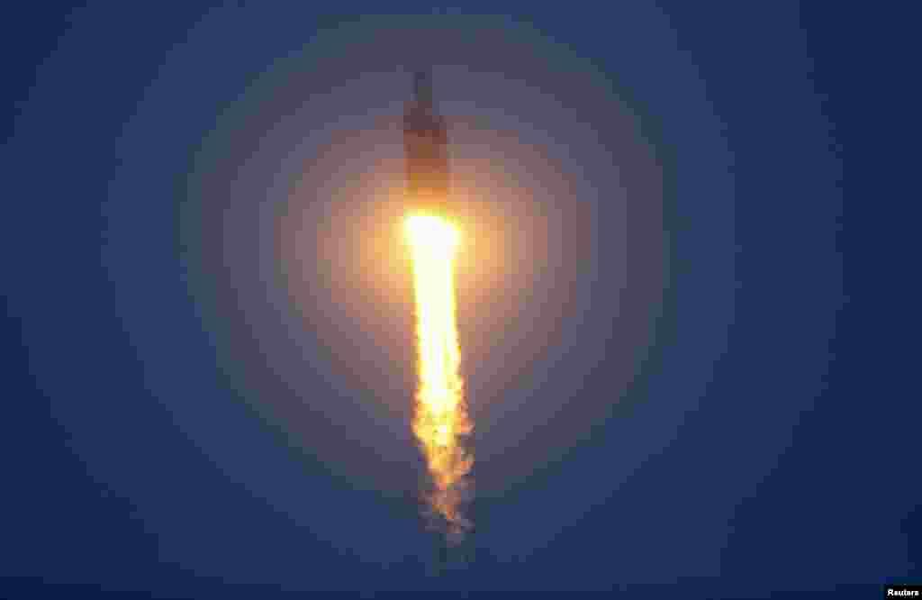 موشک دلتای ۴ و فضاپیمای اوریون در فضایی نه چندان دور از زمین دیده میشود. فضاپیمای اوریون تا ارتفاع ۶ هزار کیلومتری از سطح زمین پرواز کرد و بخشی از تجهیزات آن، از جمله جمله سپر حرارتی و چترهای فرودش مورد آزمایش قرار گرفت – ۱۴ آذر