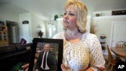 Laurie Holt convocó a la marcha para presionar por la libertad de su hijo.