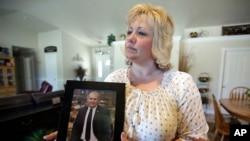 Laurie Holt, sostiene una foto de su hijo Josh, un misionero mormón de Utah, quien está encarcelado en Venezuela desde junio de 2016, acusado de supuesto porte ilícito de armas.