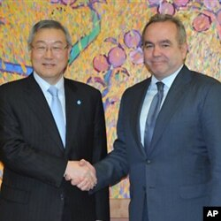 South Korean Foreign Minister Kim Sung-Hwan, left, shakes hand with U.S. Assistant Secretary of State for East Asian and Pacific Affairs Kurt Campbell before their meeting at the Foreign Ministry in Seoul on Thursday Jan. 5, 2012. (AP Photo/ Kim Jae-hwan