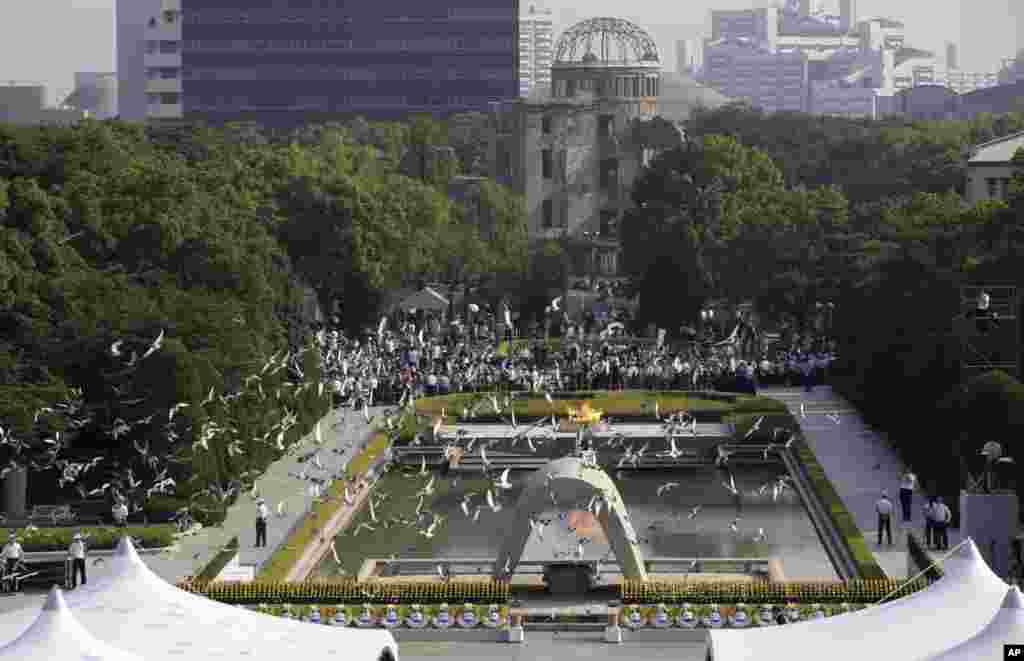 Burung-burung merpati terbang di atas Taman Memorial Perdamaian Hiroshima dalam upacara peringatan 70 tahun pemboman kota di Jepang itu (6/8).