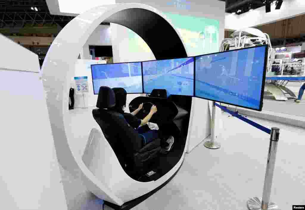 ស្ត្រីម្នាក់បង្ហាញបច្ចេកវិទ្យា Onboard Driving Monitoring Sensor របស់ក្រុមហ៊ុន Omron Corp នៅក្នុងកម្មវិធី EATEC JAPAN 2017 នៅអគារ Makuhari Messe ក្នុងក្រុង Chiba ប្រទេសជប៉ុន កាលពីថ្ងៃទី២ ខែតុលា ឆ្នាំ២០១៧។