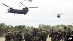 지난 2002년 2월 필리핀 남부 잠보앙가에서 미 육군 소속 MH-47 '치누크' 헬기 2대가 대테러 훈련에 투입된 미군 특수부대원들을 태우기 위해 착륙하고 있다. 한국 군은 12일 독자적인 특수작전 수행 능력을 구비하기 위해 MH급 헬기를 도입할 계획이라고 밝혔다. (자료사진)