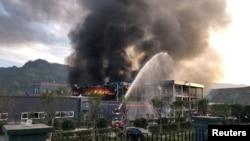 四川化工廠爆炸起火,消防員在現場救援。