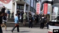 Hàng trăm viên chức công an mặc sắc phục và thường phục đã được bố trí để ngăn chặn thánh lễ ngoài trời của các tín đồ Cơ đốc giáo thuộc giáo hội không đăng ký Shouwang ở Bắc Kinh