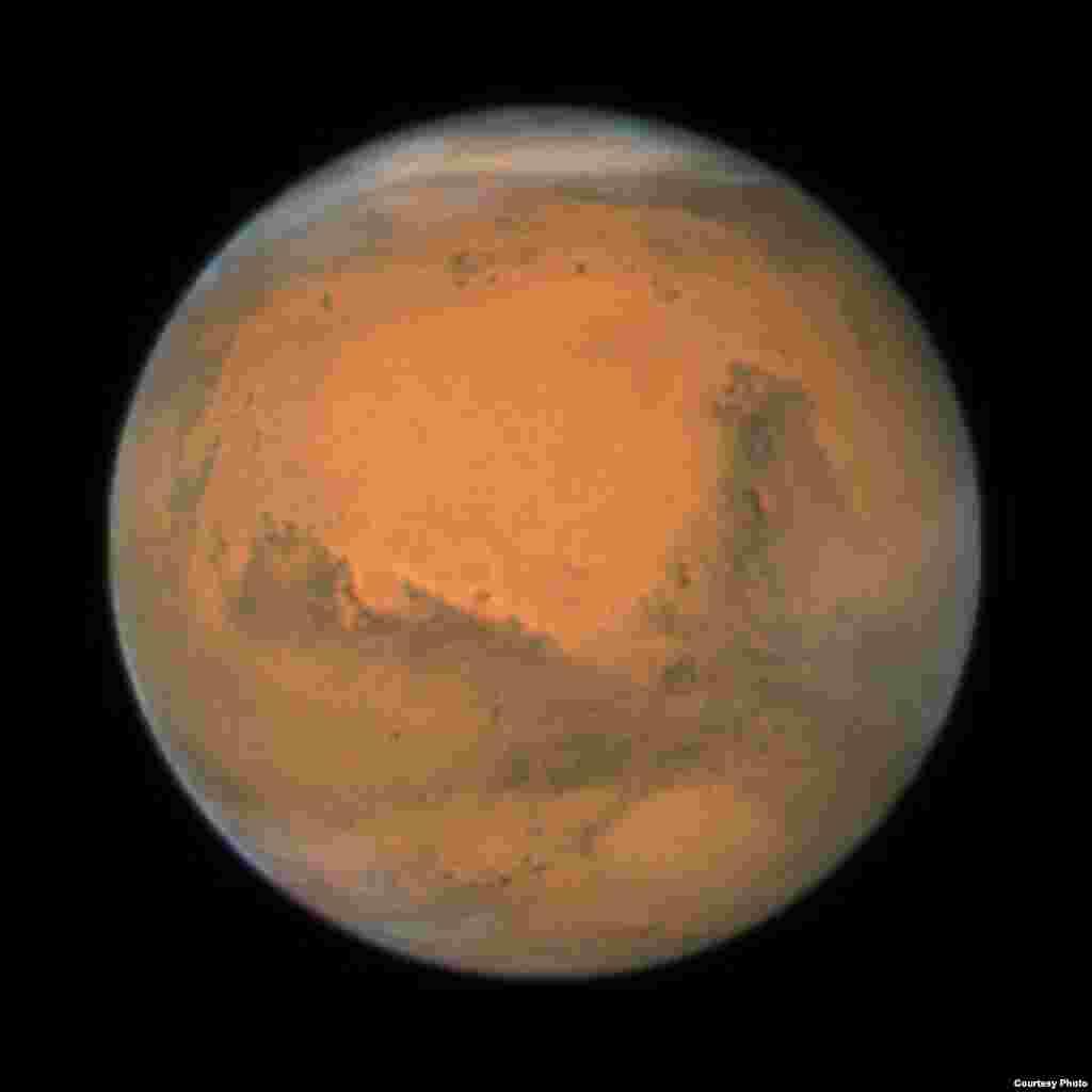 Bliski susret sa Marsom, 88 miliona kilometara udaljenog od Zemlje. Snimak je sastavljen od serije snimaka napravljenih u razmaku 36 sati. (NASA)