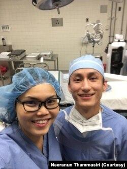 นีรนันท์ ธรรมศิริ ผู้ช่วยแพทย์ผ่าตัด ขณะทำงานในแผนกผู้ป่วยโควิด-19 ในศูนย์การแพทย์ที่ มอนต์กอเมอรี (Montgomery) ในรัฐแมรีแลนด์