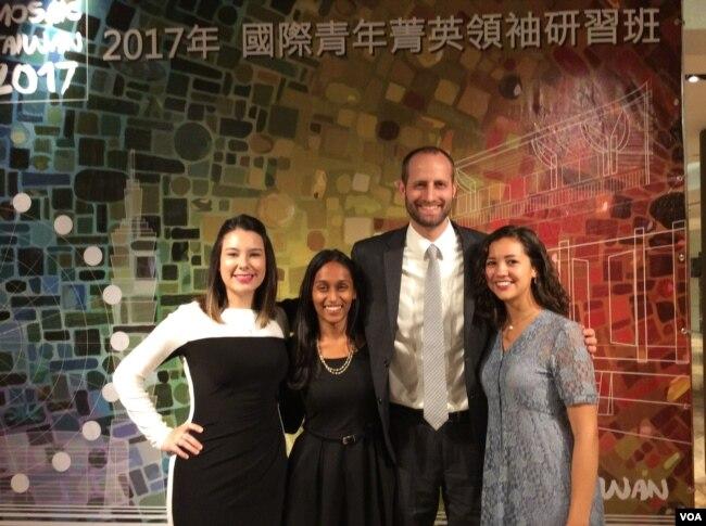 参加台湾外交部国际青年菁英领袖研习班美加青年(美国之音申华拍摄)