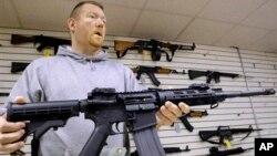 فروش اسلحه طبق قانون در آمریکا آزاد است.