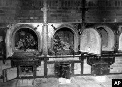 Almanya'da Weimar temerküz kampında cesetlerin yakıldığı fırınlar. Kamp sakinleri kemiklerin Nazilere karşı çıktıkarı için öldürülen Alman kadınlara ait olduğunu söylemişti. 14 Nisan 1945