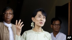 Burmese pro-democracy leader Aung San Suu Kyi talks to reporters in Rangoon (file photo)