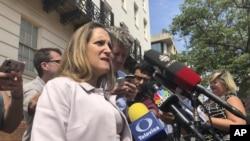 Ngoại trưởng Canada Chrystia Freeland đang trao đổi với các phóng viên ở Washington