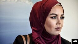 ملکه بیان با یک دوست مسلمان اش برای اصلاح مو به صالون هیرت هودنه رفته بود