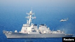 """一架直升机从美国""""普瑞布尔号""""导弹驱逐舰起飞 - 资料照片"""