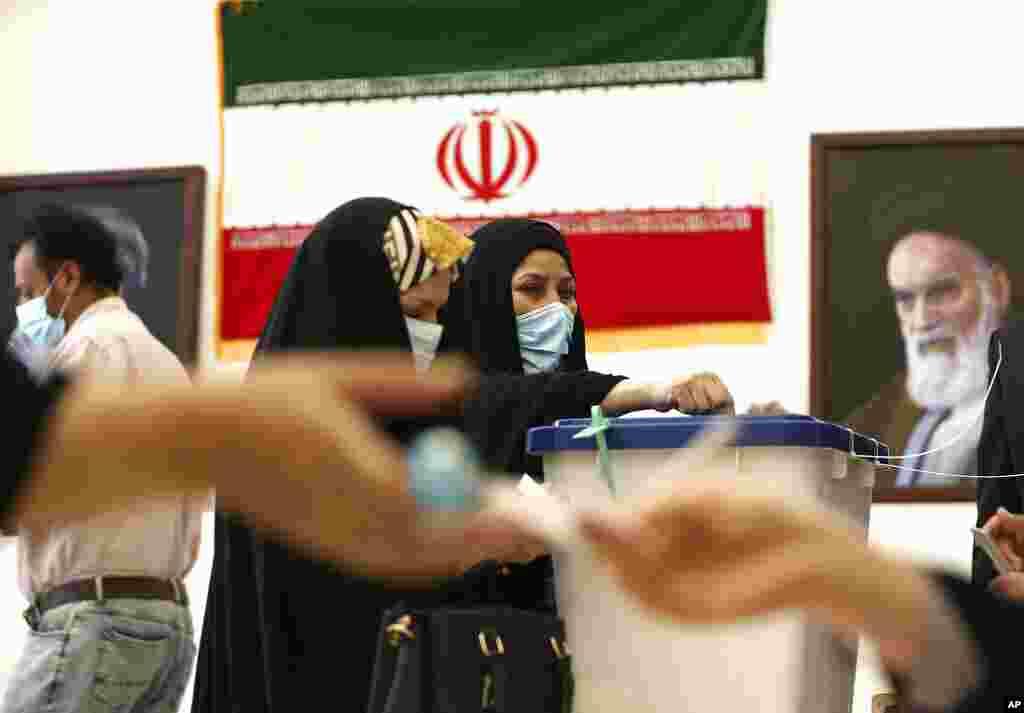 İranlı qadınlar Kərbəlada İran konsulluğunda səsvermə məntəqəsində səs verir.