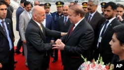 巴基斯坦總理謝里夫(中右)在巴基斯坦拉瓦爾品第迎接阿富汗總統加尼(中左)(2015年12月9日)。