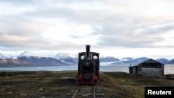 Kereta lokomotif tua yang dulu digunakan untuk mengangkut batu bara dijadikan sebagai monumen di Ny-Alesund, Svalbard, Norwegia.