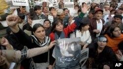 این جی اوز کے حق میں ماضی میں لاہور میں خواتین کا مظاہرہ (فائل)