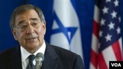 Menhan AS Leon Panetta mengritik penahanan bantuan AS bagi Palestina, saat berbicara dalam jumpa pers di Tel Aviv, Israel (3/10).