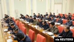북한이 지난달 개최한 노동당 정치국 확대회의에서 참석자들이 김정은 북한 국무위원장의 발언을 받아적고 있다.