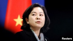 中国外交部发言人华春莹在北京的记者会上。(2020年11月30日)