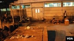 晚上9時後,上水火車站外水貨客分貨點留下垃圾