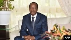 L'ancien président burkinabè Blaise Compaoré, exilé en Côte d'Ivoire depuis le soulèvement populaire ivoirien qui l'a renversé en octobre 2014, rencontre l'ancien président Ivoirien Henri Konan Bédié (non visible), à Abidjan le 10 octobre 2016. Le Congr