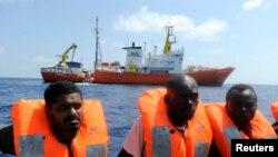 Les migrants sont secourus par l'organisation SOS Mediterranee et Médecins Sans Frontières lors d'une opération de recherche et de sauvetage avec le navire de sauvetage MV Aquarius, au large de la côte libyenne, le 10 août 2018.
