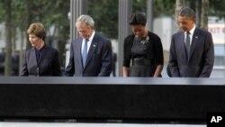 S desna na lijevo: Predsjednik Barack Obama, Prva dama Michelle Obama, bivši predsjednik George W. Bush, bivša prva dama Laura Bush za minute šutnje na komemoraciji u New Yorku (AP Photo/Mary Altaffer)