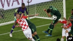 Le Croate Mario Mandzukic, à gauche, obtient un pénalty lors du match du groupe D entre la Croatie et le Nigeria à la Coupe du monde de football 2018 au Kaliningrad Stadium à Kaliningrad, Russie, 16 juin 2018.