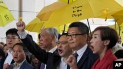 """ພວກຜູ້ນຳ """"Occupy Central"""", ຈາກຊ້າຍ ຫາຂວາ, ທັນຍາ ແຈນ, ທ່ານ ແຈນ ຄິນແມນ, ທ່ານເບັນນີ ຕ້າຍ, ຄຸນພໍ່ ຈູ ຢີ ມິງ ແລະ ລີ ຫວິງ Tat ພາກັນຮ້ອງໂຮຄຳຂວັນ ໃນຮົງກົງ, 19 ພະຈິກ 2018."""